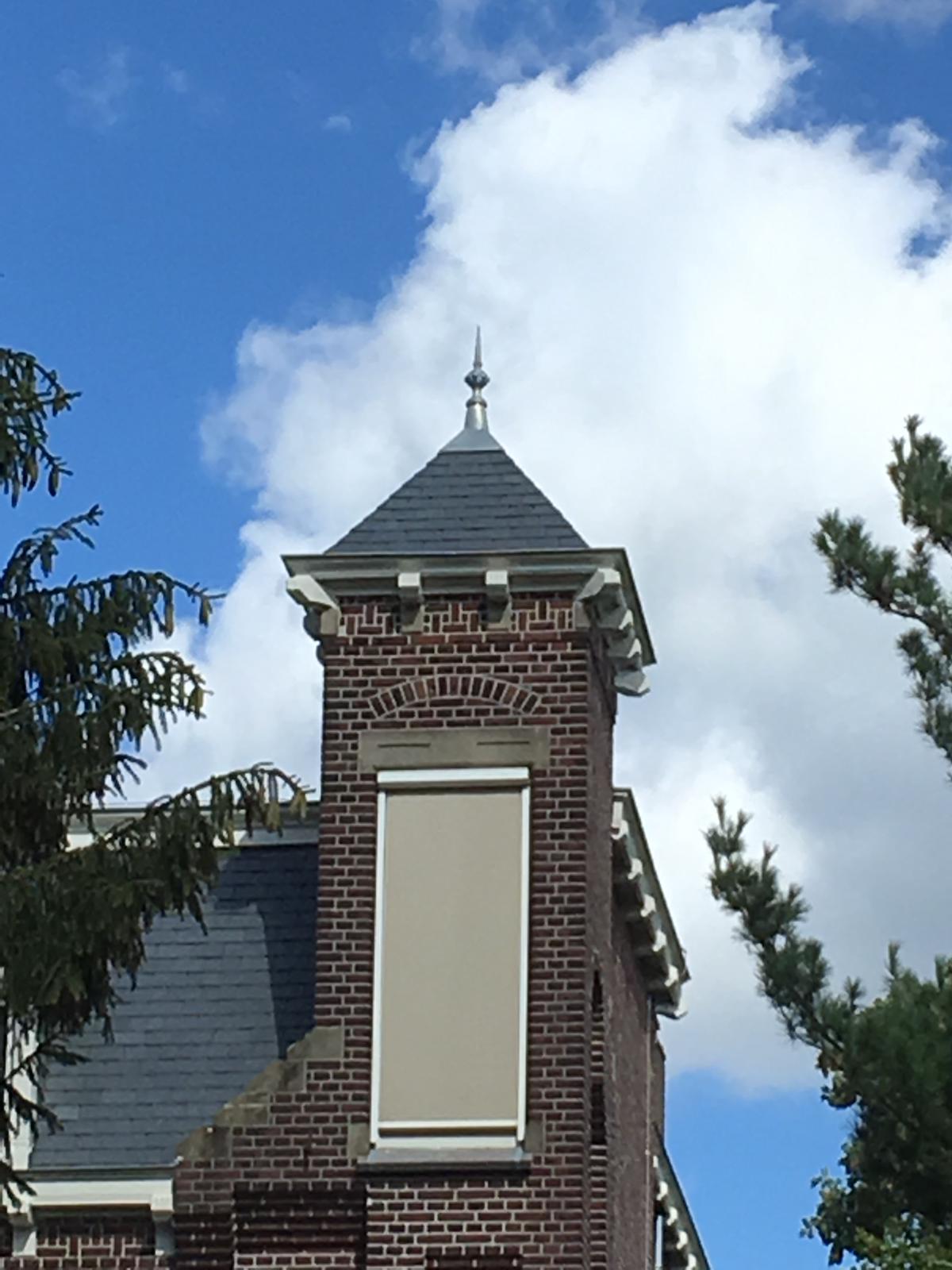 zink ornament op dak